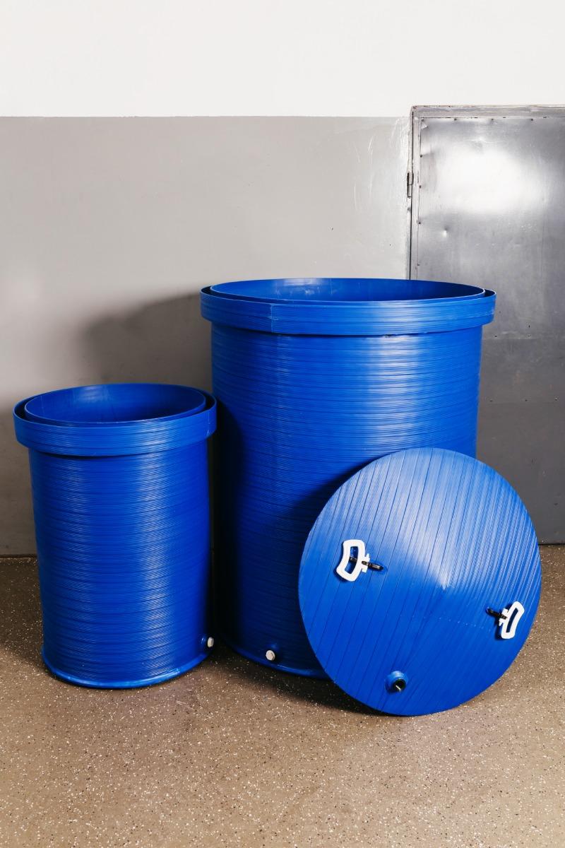 2 plave plastične kace