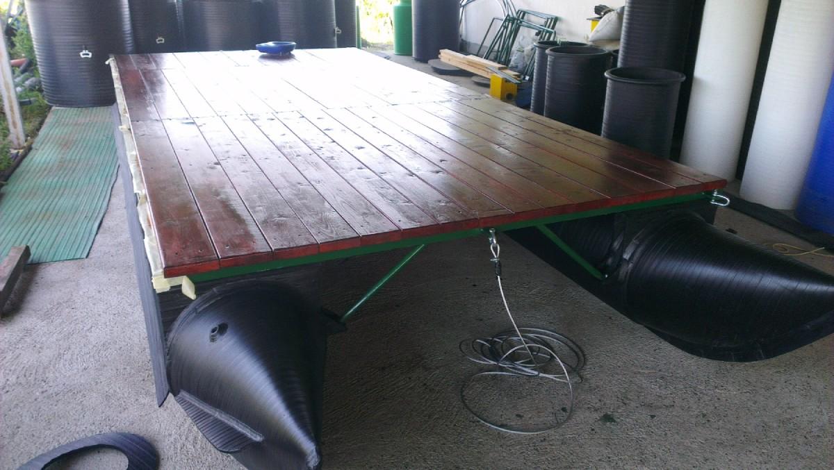 plastični ponton sa postavljenom drvenom konstrukcijom