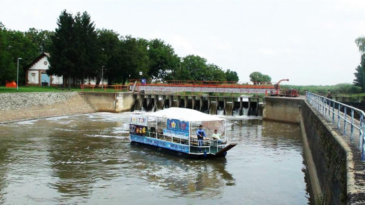 plastični ponton u primeni na reci